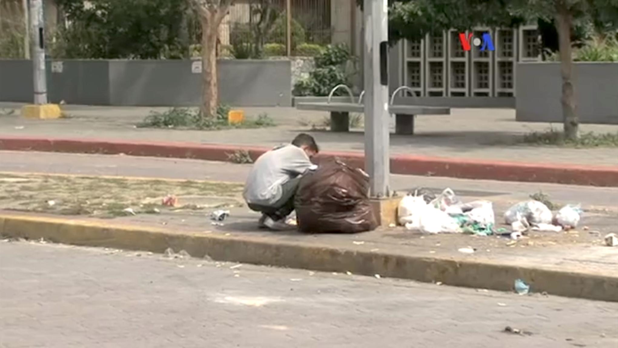 venezuela_shortages_-_eating_garbage_1